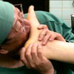 下半身麻酔で何されても気づかないモデルを集団でレイプ足舐め-医者の悪意が爆発する動画